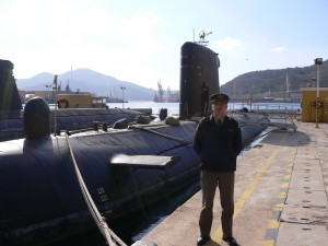 El comandante Ros, junto al submarino de la Armada