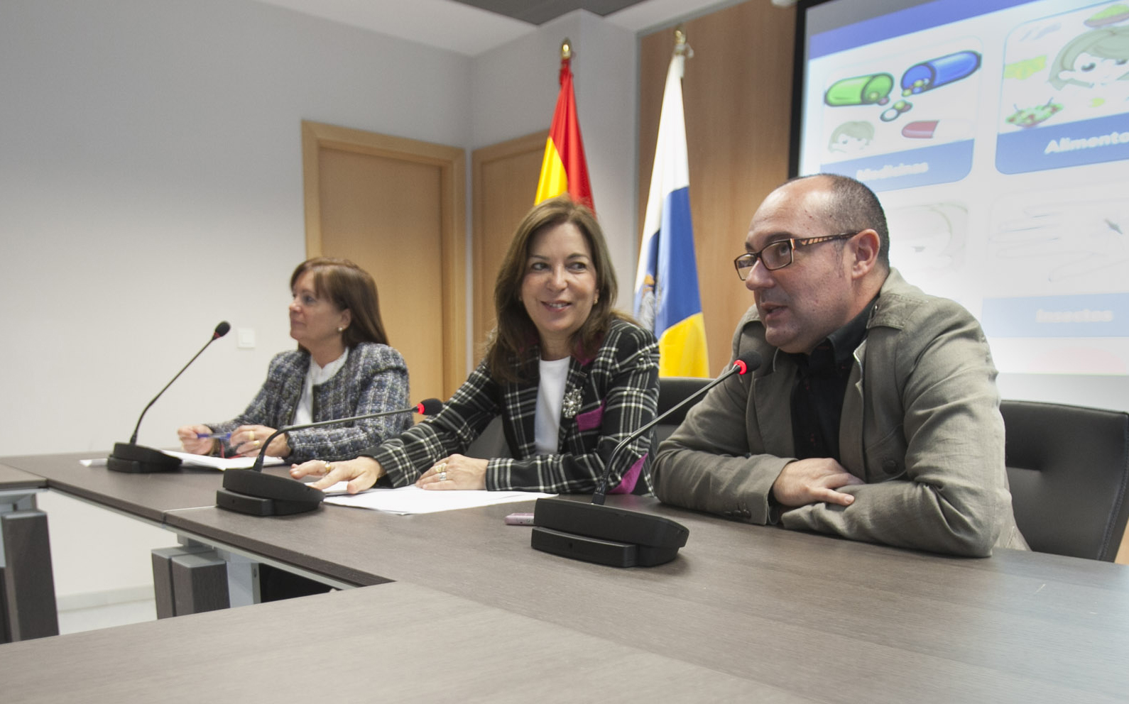 El creador de la aplicación, junto a la consejera de Sanidad del Gobierno de Canarias, durante la presentación de Hipot CNV