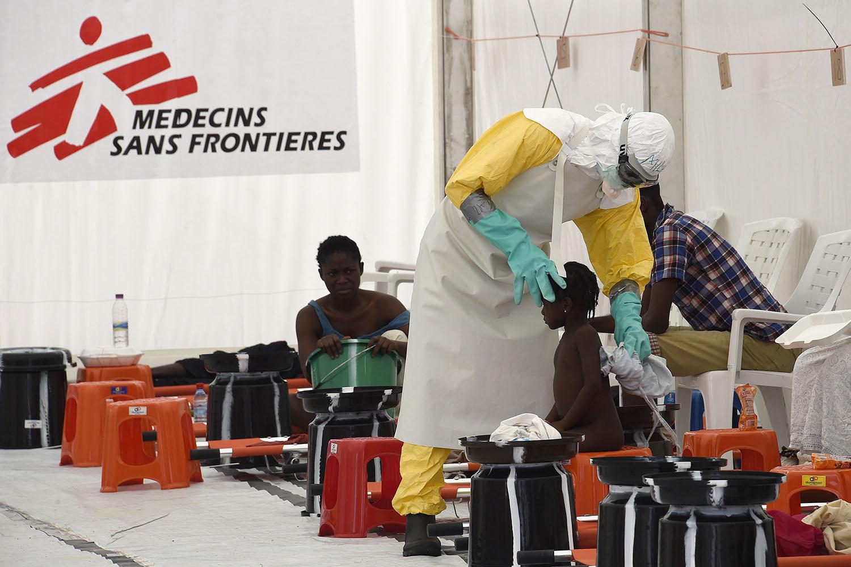 Sanidad y las CC. AA. acuerdan crear una bolsa de 'cascos blancos' para emergencias sanitarias internacionales