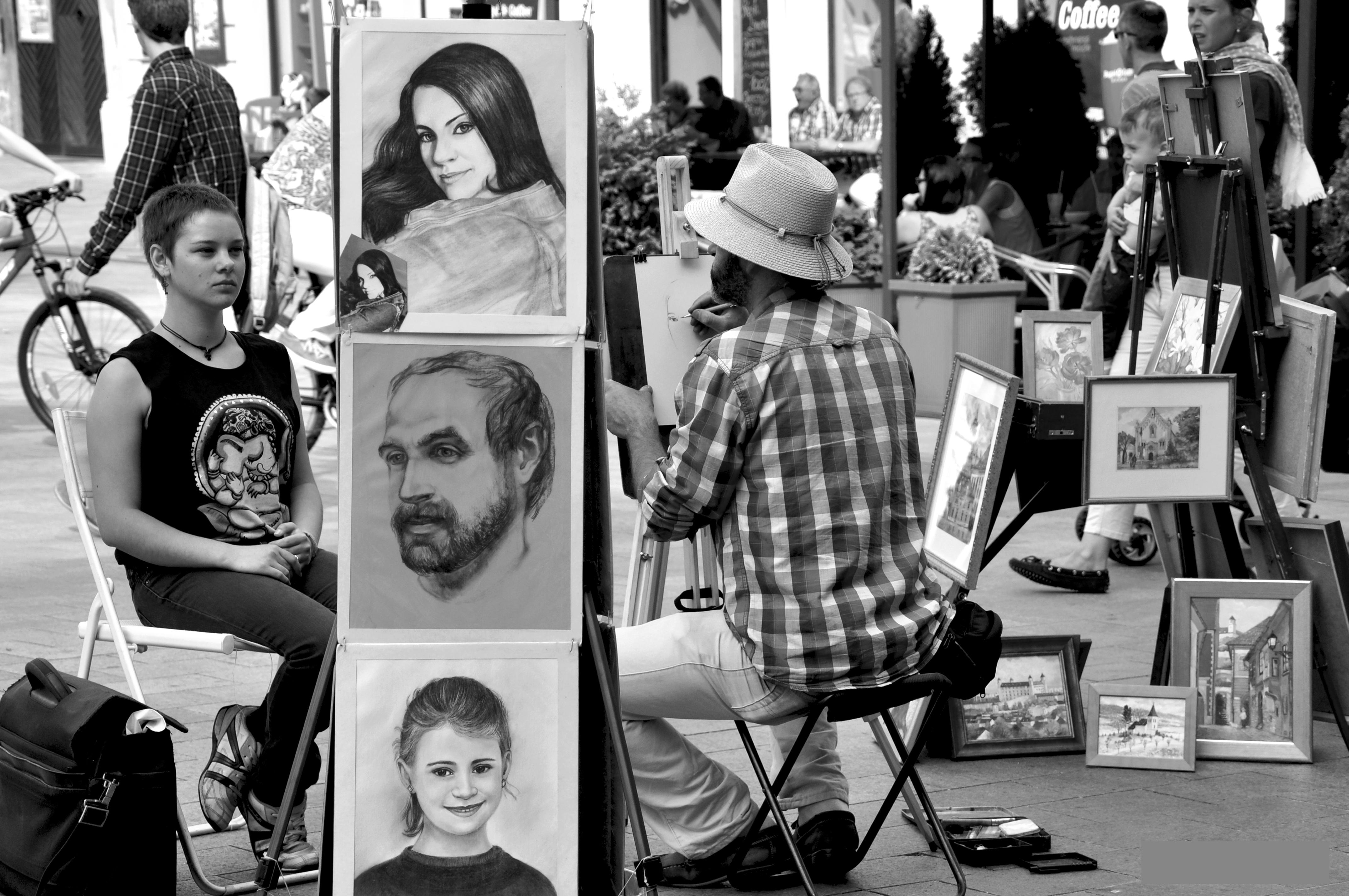 Dibujante en la Plaza Mayor de Bratislava