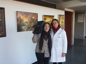 La enfermera Pilar Sanmartín con la cámara Carmen Pulpillo (Canal Sur).