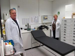Javier Valero, jefe del Servicio de Prevención de Mediaset, y Esperanza Márquez, enfermera.