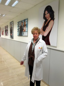 Esperanza Márquez, enfermera de Mediaset, en los pasillos de Telecinco.