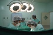 Las batas quirúgicas retienen bacterias incluso después de desinfectarlas