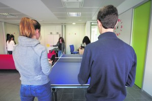 Videoconsolas, mesa de ping-pong, sofás e instrumentos musicales son algunos de los entretenimientos que encuentran los pacientes.