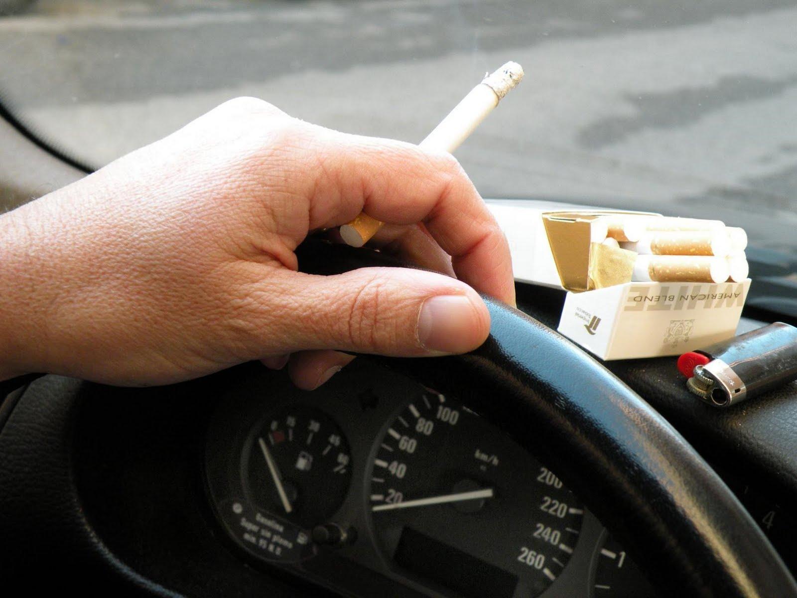 El Consejo General de Enfermería insta al Gobierno y a la DGT a prohibir fumar en los coches y no dilatar más una medida que salvaría vidas