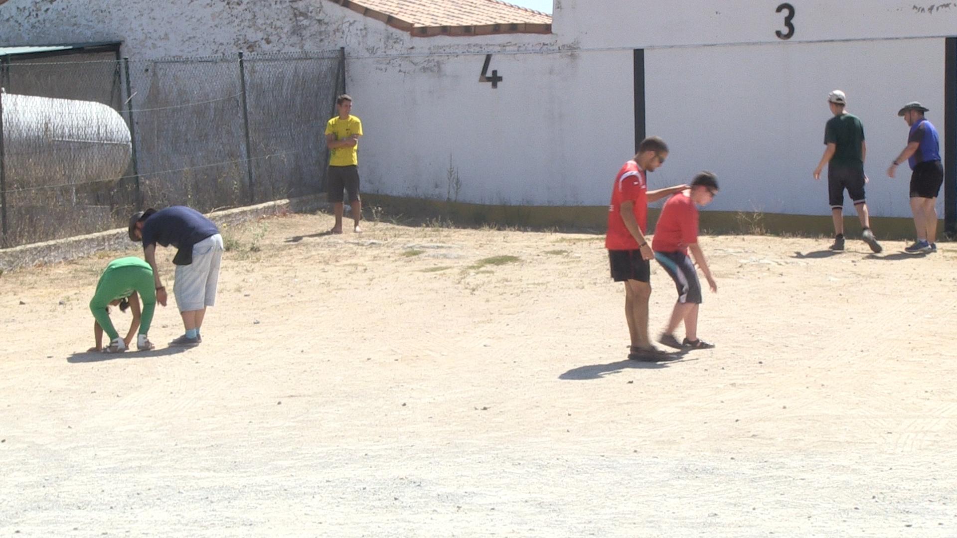 Los niños del campamento de la ONCE realizan las actividades con ayuda de otros compañeros