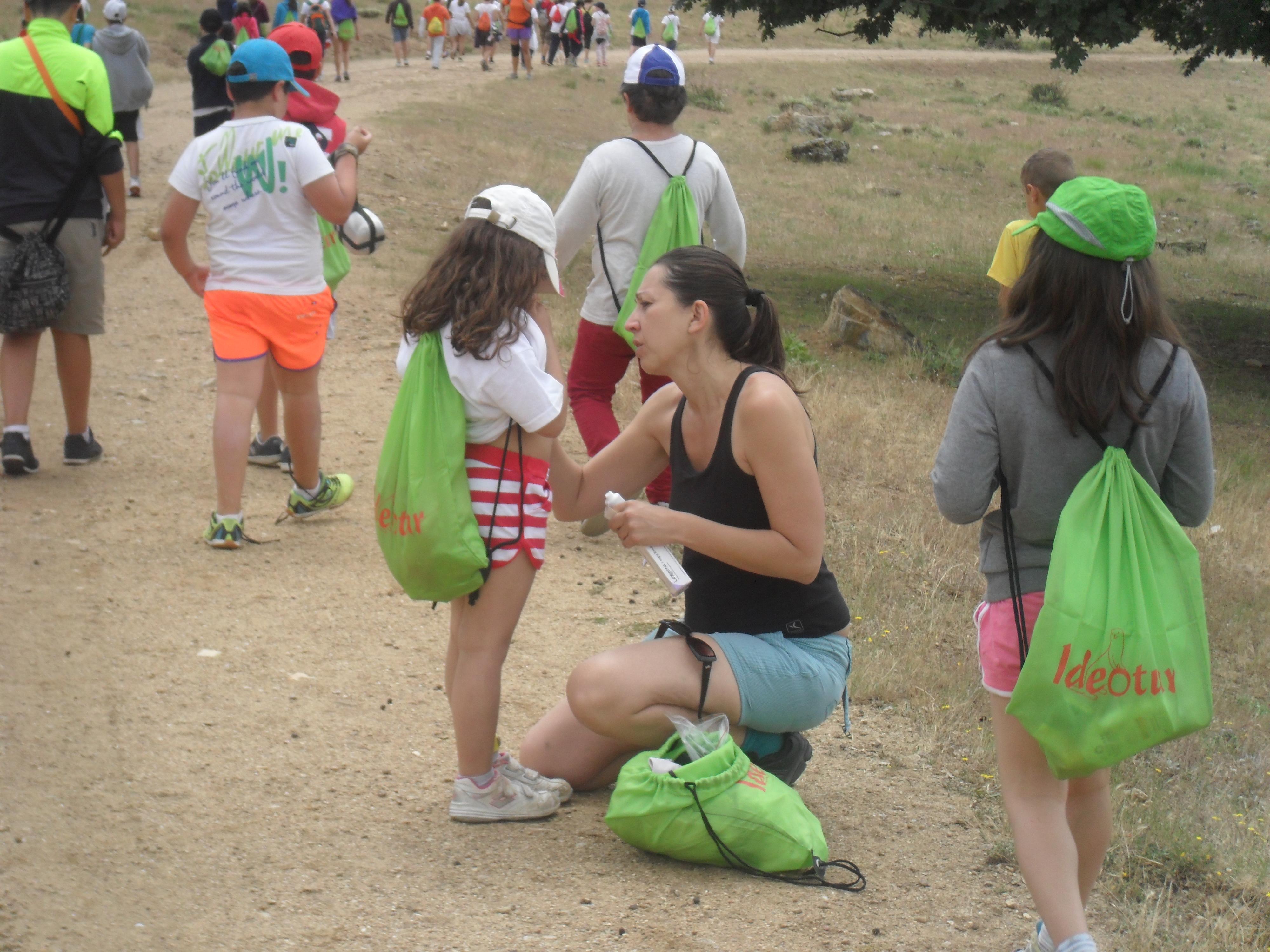 La enfermera Sonia del Río, durante el campamento de niños asmáticos y alérgicos, curando a una de las menores
