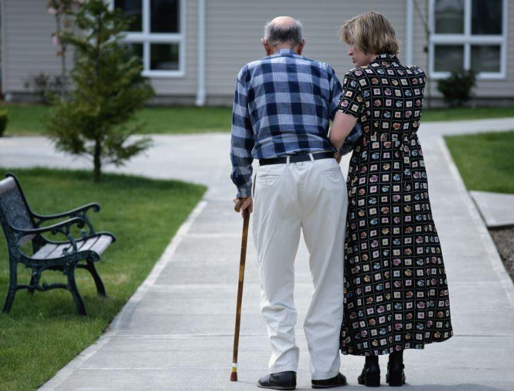 La enfermería educa en el correcto cuidado de personas mayores