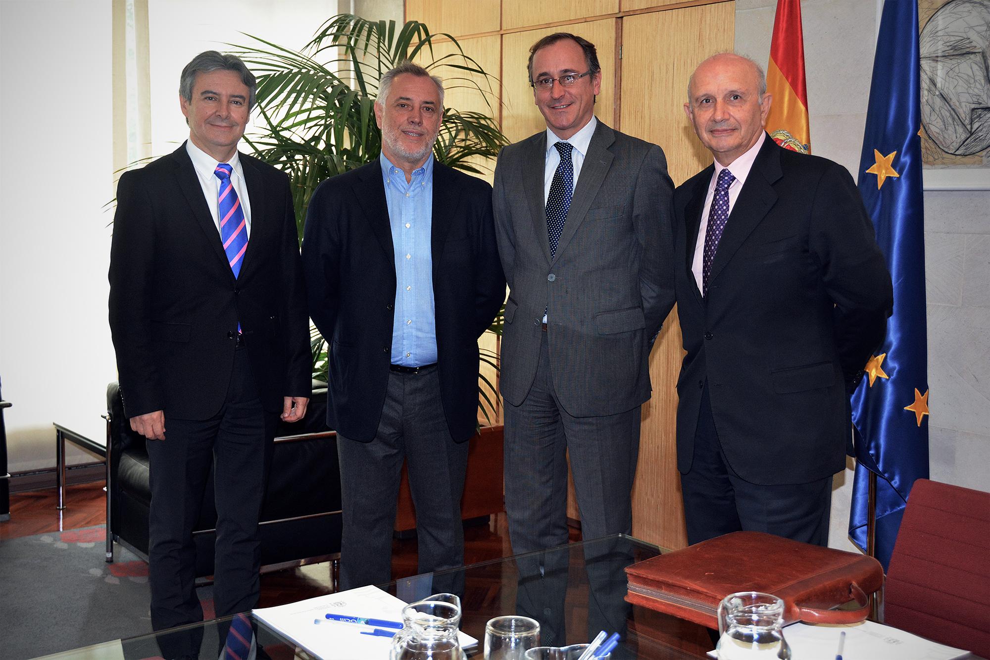 De izqa a dcha: Rubén Moreno, Víctor Aznar, Alfonso Alonso y Máximo González Jurado