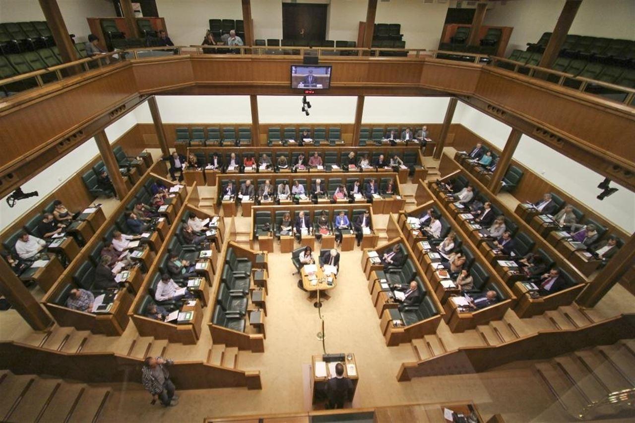 Todos los grupos del Parlamento vasco, salvo el PP, reclaman la suspensión del decreto de prescripción enfermera