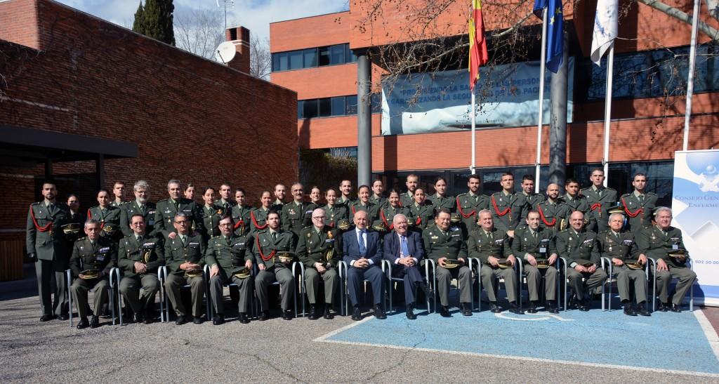 Foto de familia de los alumnos, sus mandos y parte de la junta directiva del Consejo General de Enfermería
