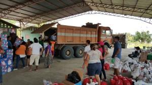 Pocos son los camiones  de comida que consiguen llegar sin ser parados por la población reclamando ayuda en las carreteras