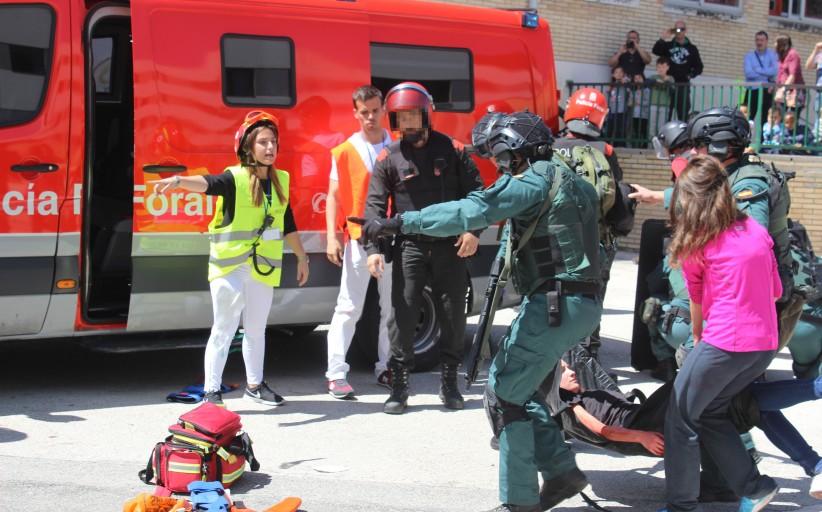 La Guardia Civil ayuda a los sanitarios a evacuar a los rehenes del simulacro