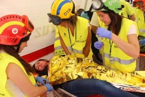 Los alumnos atienden a las primeras víctimas del accidente