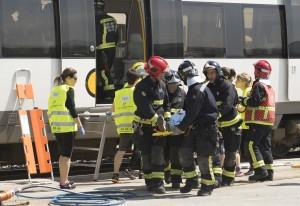 En colaboración con bomberos los enfermeros se entrenan ante un accidente de tren