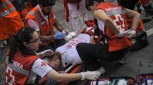 Enfermeras atendiendo a uno de los heridos en un encierro. Imagen: Cruz Roja