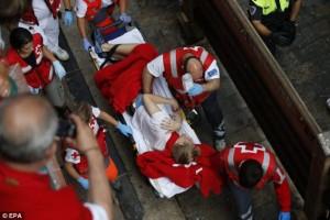 Tras el encierro, los sanitarios se encargan de estabilizar a los heridos. Imagen: Cruz Roja