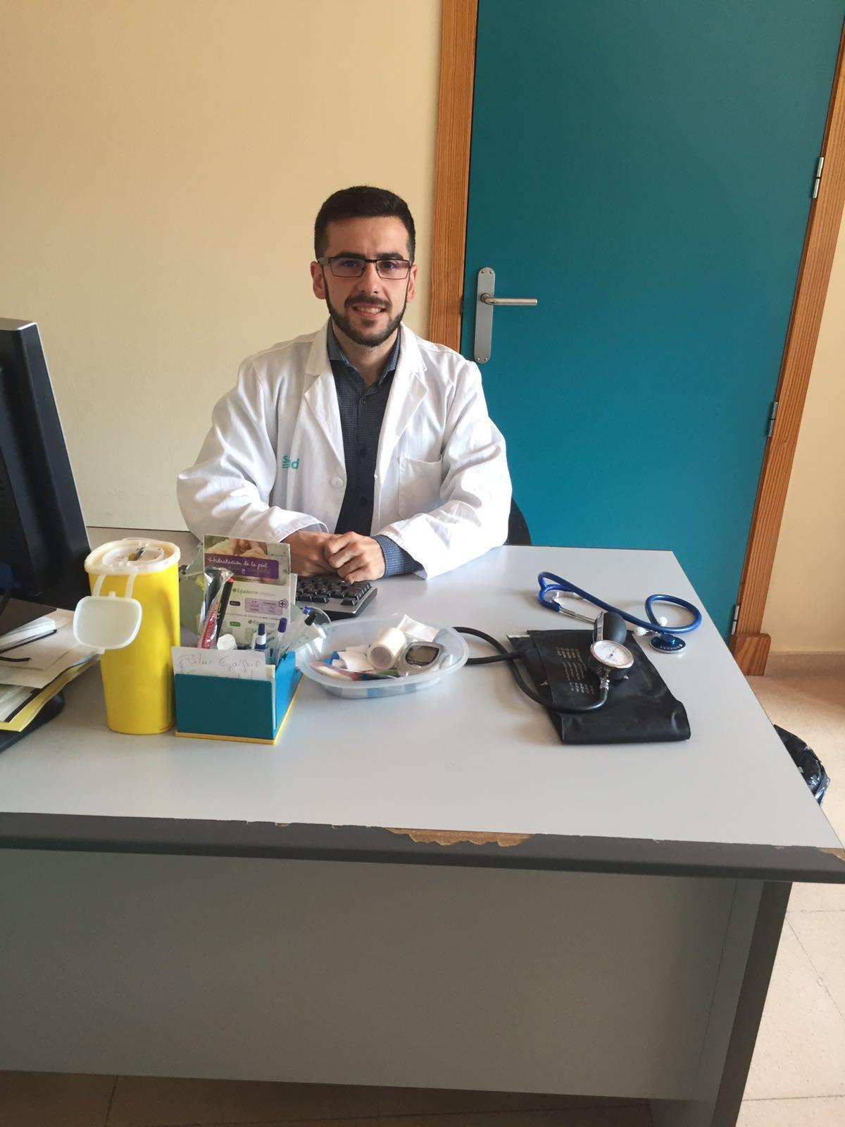 Rubén Yagüe, enfermero del Hospital Royo Villanova de Zaragoza que ha elaborado la guía