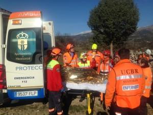 La víctima, ya a salvo, gracias al trabajo de coordinación entre sanitarios, guías y perros