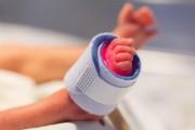 La transmisión del COVID-19 de la madre al recién nacido es baja, pero aumenta la prematuridad