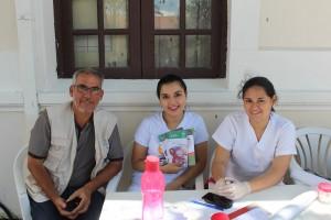 Voluntario participando en feria de salud en Bolivia