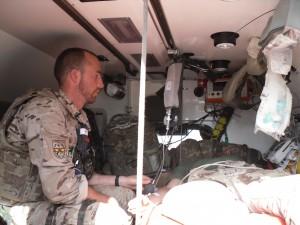 El enfermero militar atiende solo en muchas ocasiones