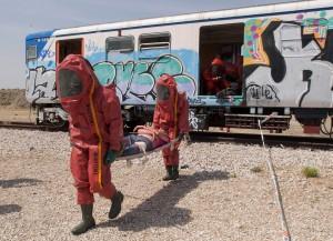 Los expertos en NRBQ desalojan el tren afectado por la bomba. Imagen: Felipe Pérez Garre