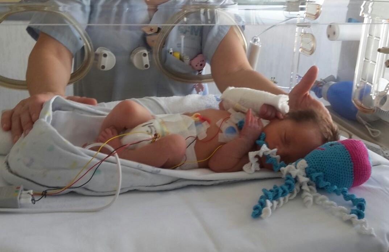 Enfermeras madrileñas cuidan a niños prematuros con pulpitos de ganchillo