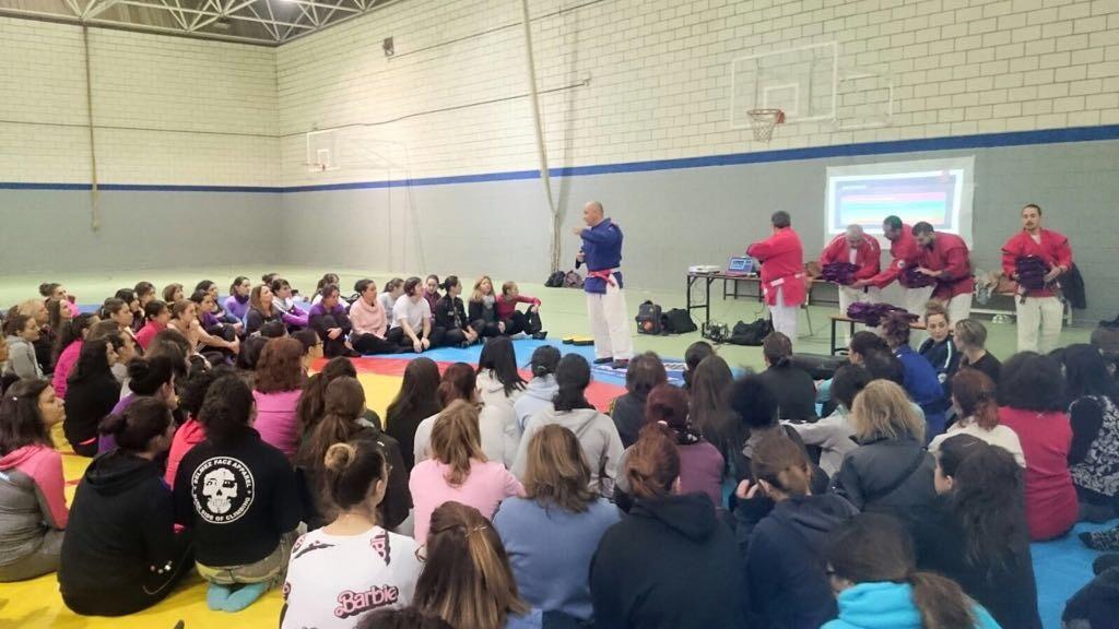 El Colegio de Enfermería de Cáceres participó en un taller de autodefensa para mujeres