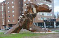 La enfermería leonesa homenajea a los profesionales de la provincia con una escultura llena de sentimiento