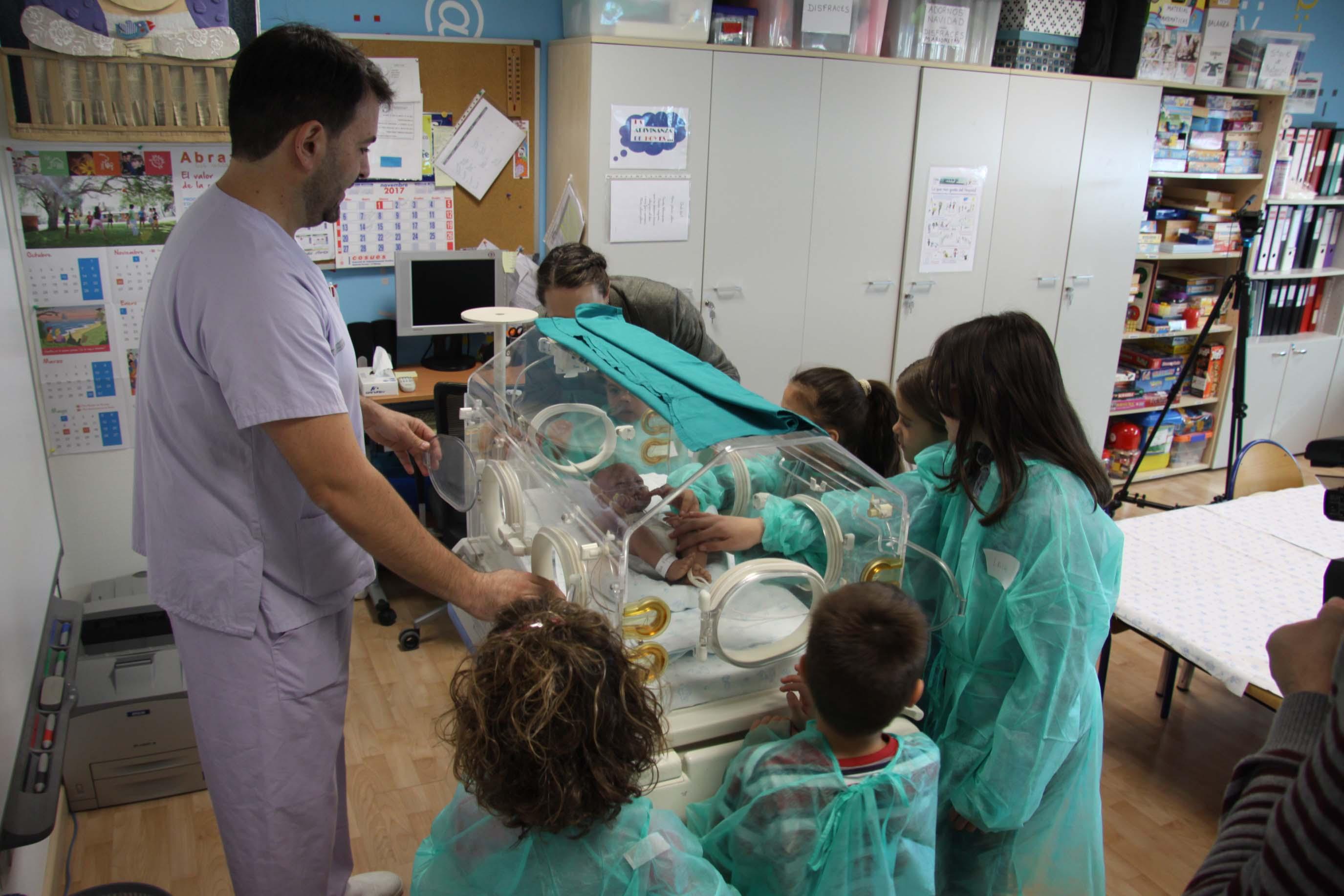 Enfermeras de La Fe desarrollan talleres para hermanos de neonatos ingresados