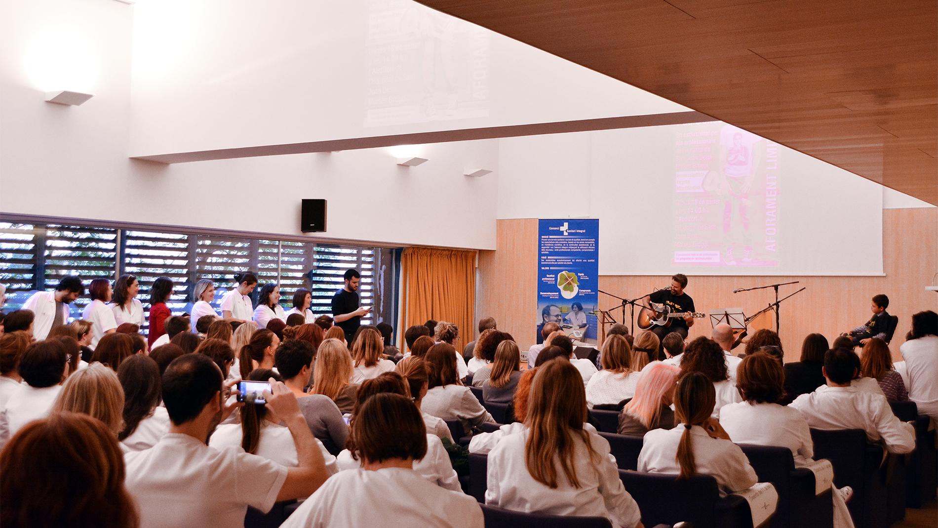 Pau Donés sorprende a las enfermeras con un concierto privado en el aniversario de su intervención