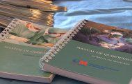 Una enfermera crea un Manual de Quirófano