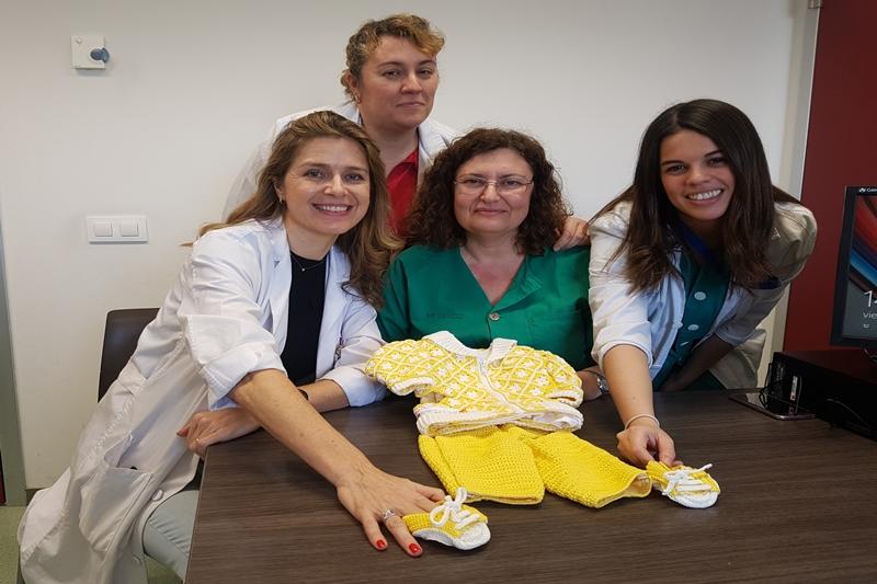 Pacientes con dolor pélvico crónico visten al Manneken Pis de Bruselas con un traje tejido por ellas en un taller terapéutico