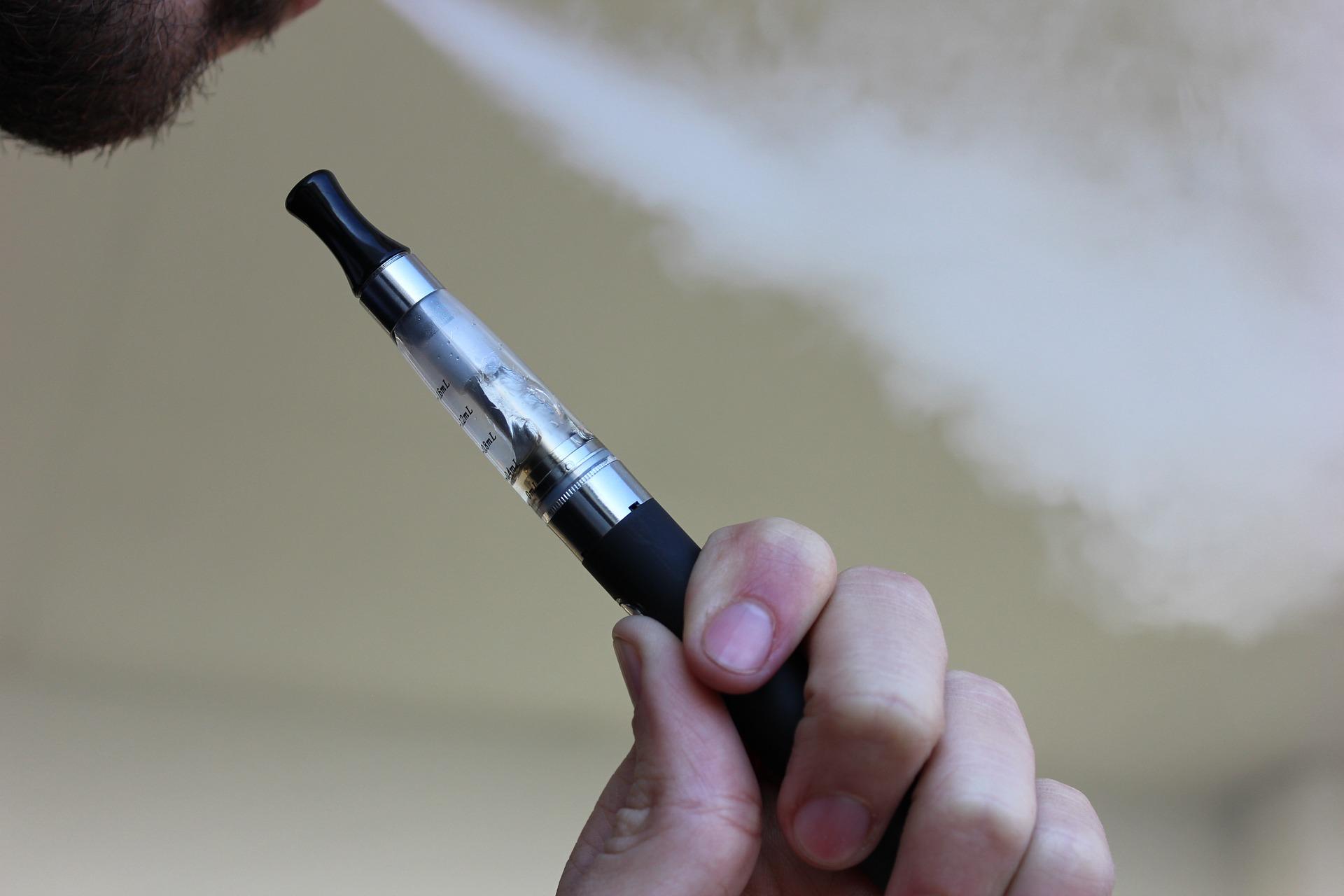 Un estudio confirma que los cigarrillos electrónicos aumentan el riesgo cardiovascular tanto como los convencionales