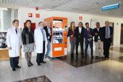 La Paz y el Ramón y Cajal instalan máquinas expendedoras de libros para recaudar fondos contra el cáncer