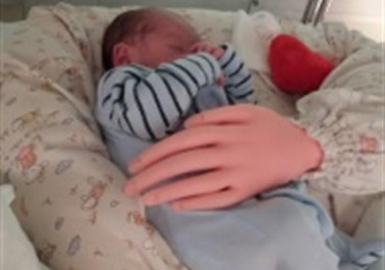 Una enfermera crea un prototipo de brazos articulados para simular el abrazo de padres a recién nacidos