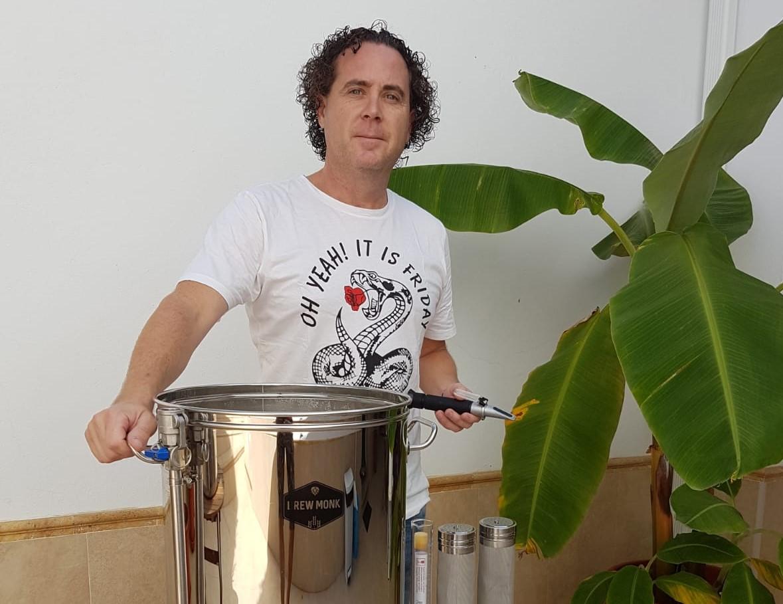 Enfermero de día y fabricante de cerveza artesanal en su tiempo libre