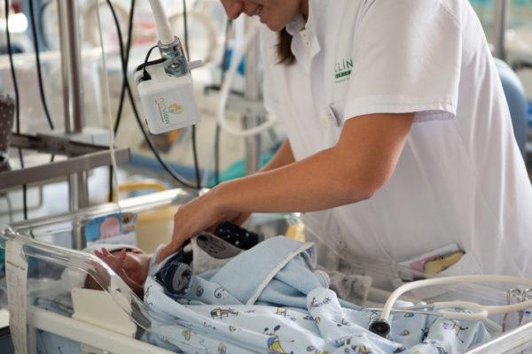 El Clínic de Barcelona implanta videocámaras en la UCI de Neonatología para favorecer el vínculo entre madres y bebés