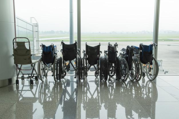 Enfermeros y otros sanitarios enseñan a personal de aerolínea claves de atención a usuarios discapacitados