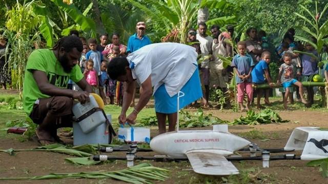 Un bebé de Vanuatu recibe la primera vacuna enviada por un dron