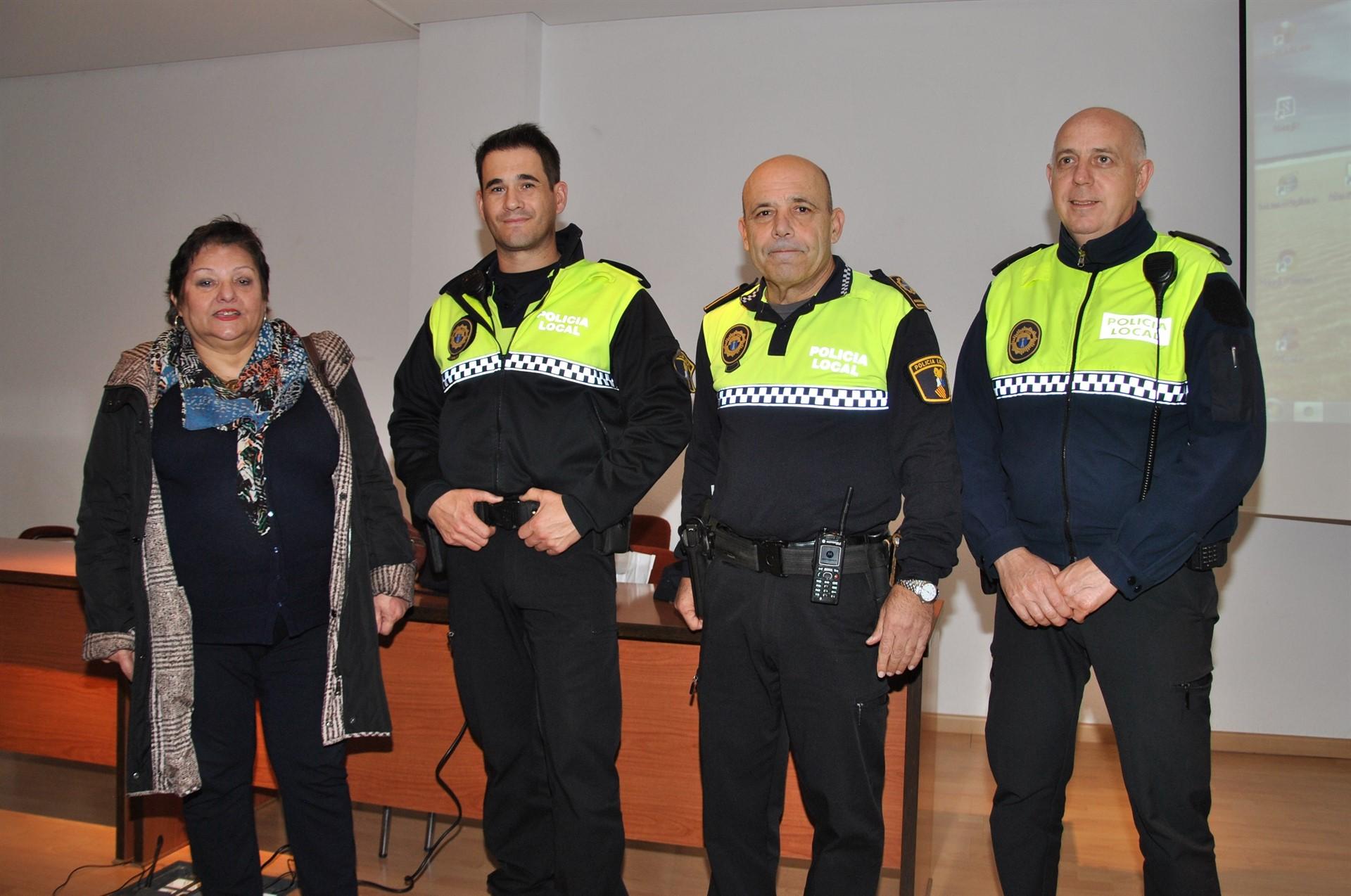 Una enfermera de Castellón instruye a la Policía Local para actuar ante complicaciones de personas con diabetes
