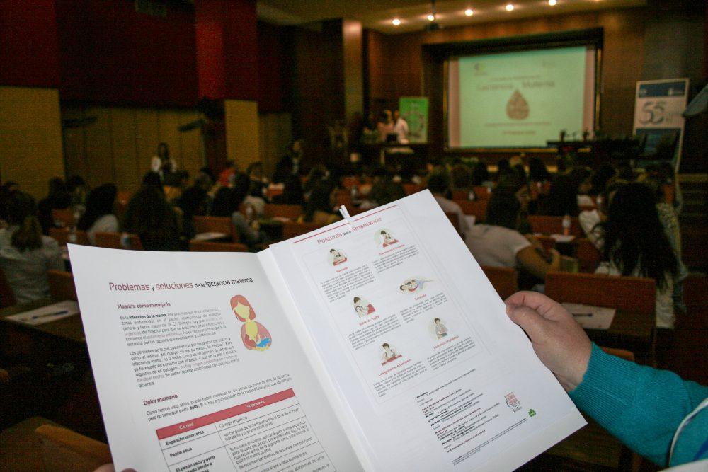 Un centenar de profesionales fomentan la lactancia materna en Canarias