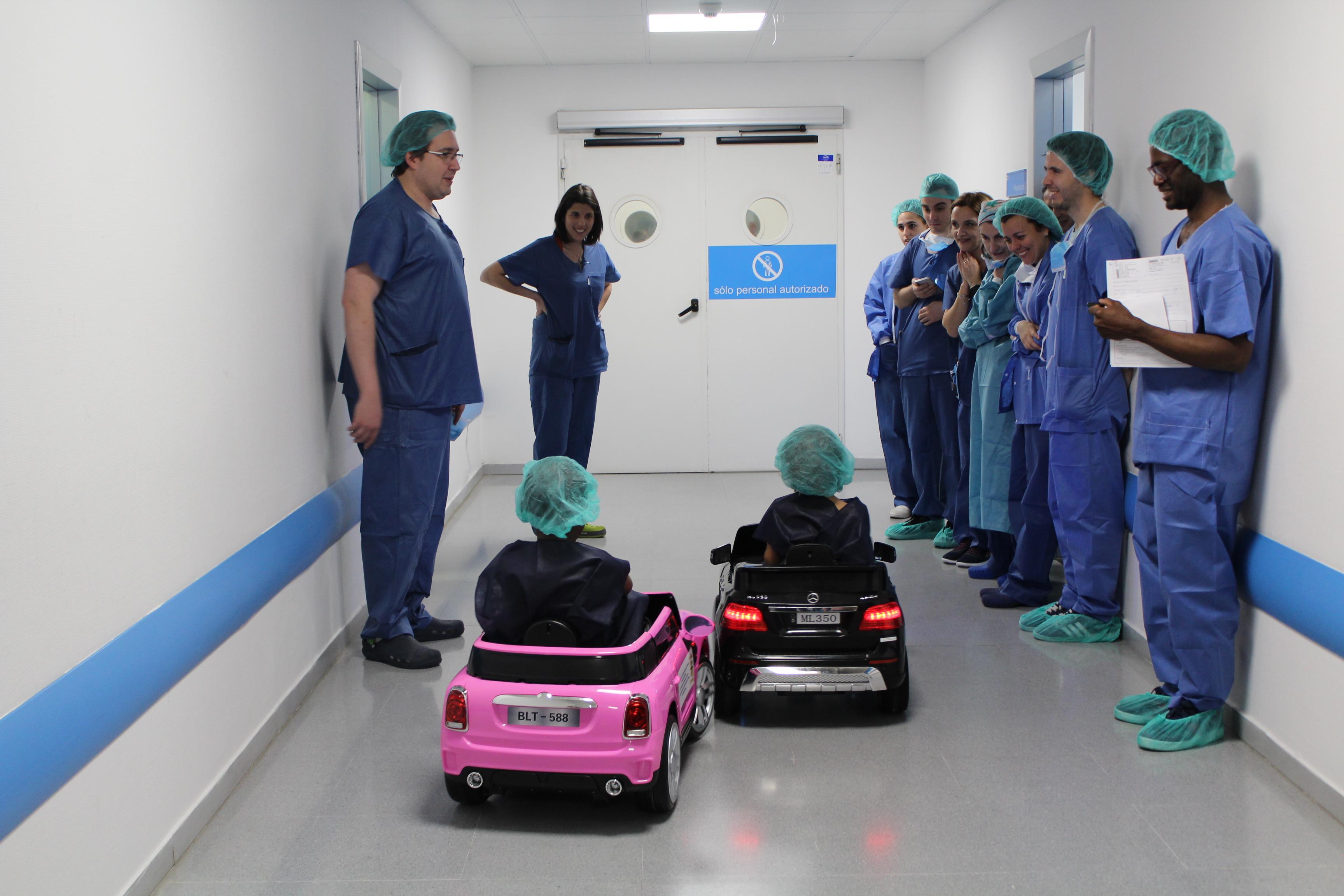 Dos coches teledirigidos para llevar a los pacientes pediátricos a quirófano en el Hospital de Valdemoro