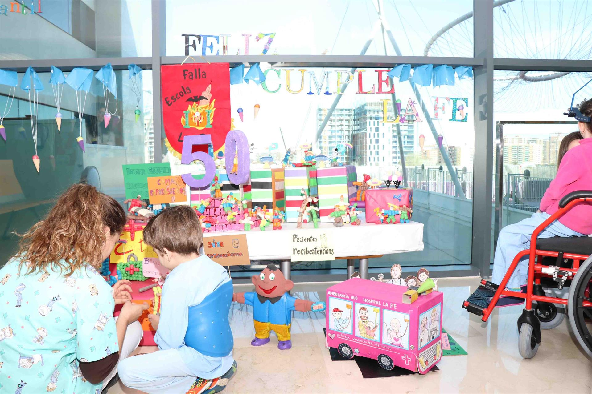 Los niños del Hospital La Fe celebran el 50 aniversario del centro con la plantá de su falla
