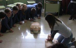 Enfermeras enseñan RCP a niños con la música de Bob Esponja