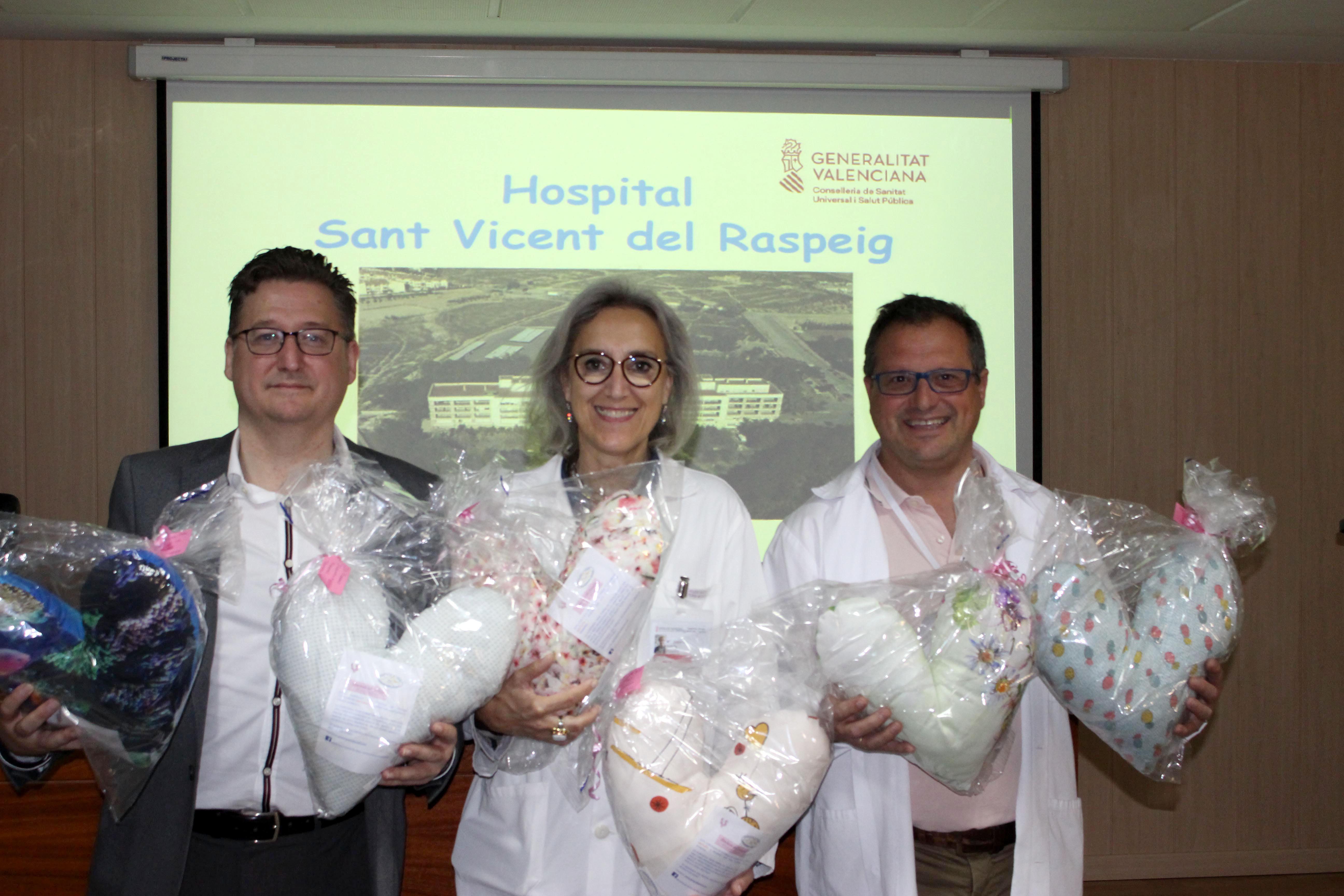 """El Colegio de Enfermería de Alicante entrega las """"Almohadas del corazón"""" al Hospital de Sant Vicent del Raspeig"""
