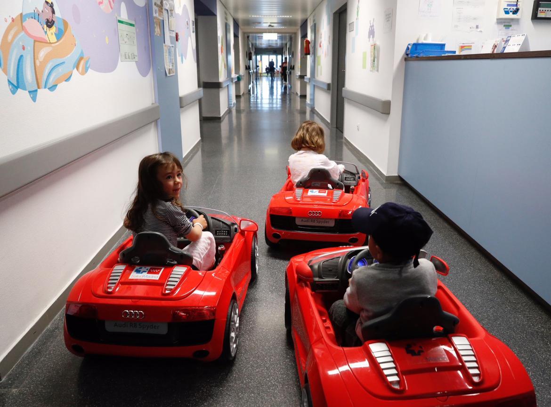 Los coches eléctricos para reducir la ansiedad de los niños ante la cirugía llegan a los hospitales madrileños