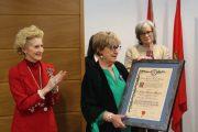 Carmen Sánchez Macarro recibe un homenaje a toda una vida dedicada a la enfermería en Salamanca